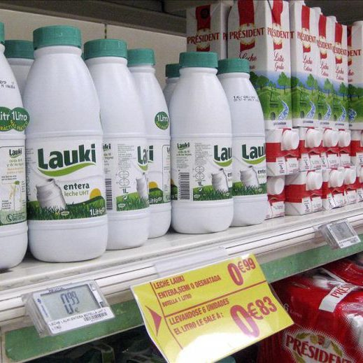 Bricks-y-botellas-de-leche-en-un-supermercado-